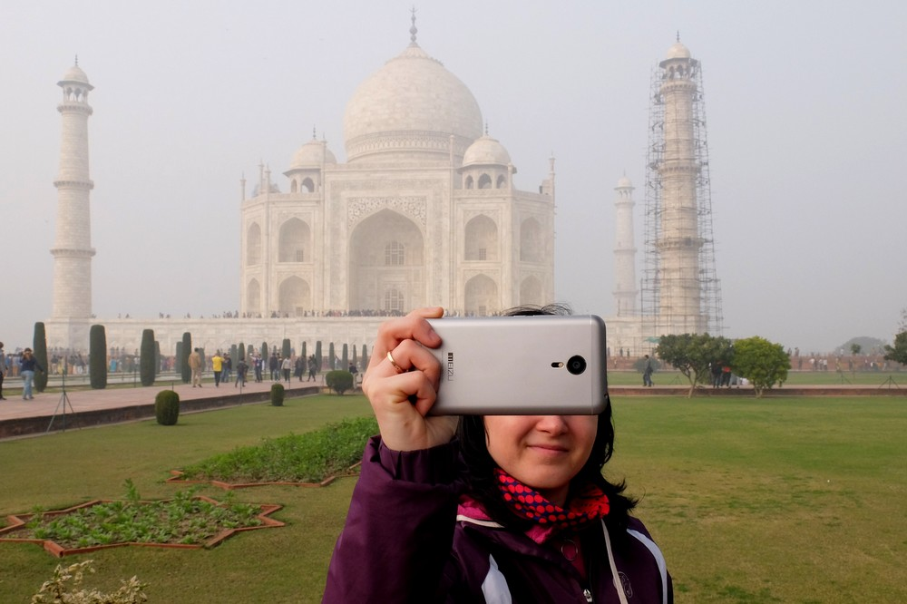 Una taking a selfie in front of Taj Mahal