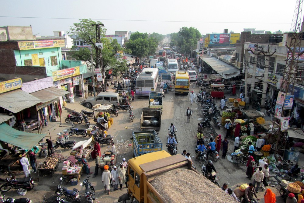 Busy street India, where everyone is honking - Honking in India