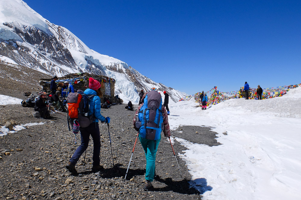 Two girs hiking Annapurna Circuit - Annapurna Circuit Trek Without a Guide