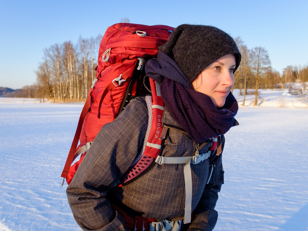 Woman with a Osprey backpack - Osprey Aura AG 65 review