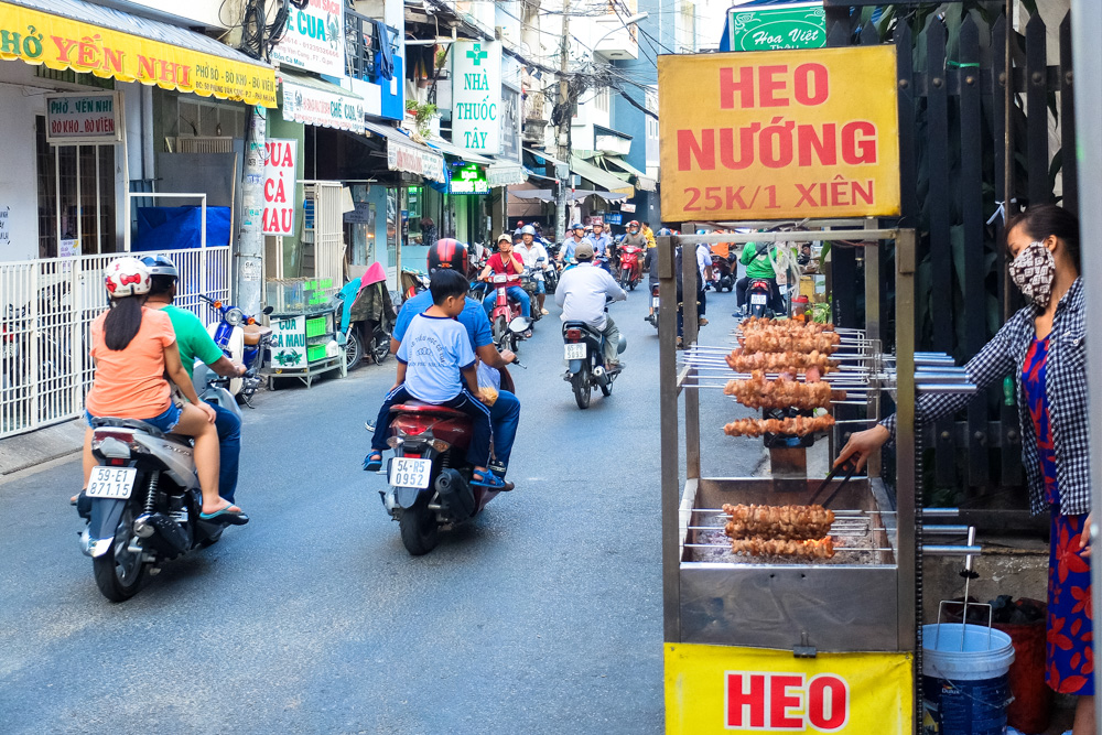 Street food vendor in Ho Chi Minh City - Vietnam Photo Story