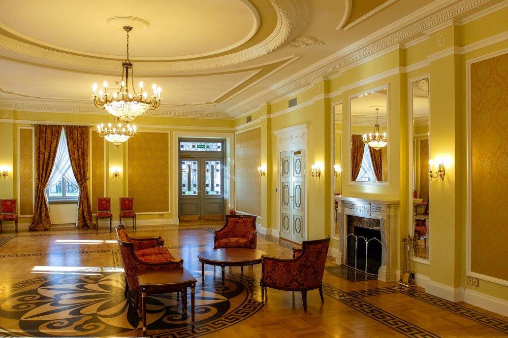 Ballroom in Ilzenberg Manor